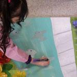Con esténcil pintaron también árboles y peces. También grandes adelante y pequeños atrás.