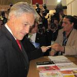Estas fotos con Piñera son producto de la casualidad, en general mi quehacer literario no es político.
