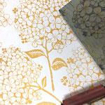 HORTENSIA in Skagengelb ist eine handgedruckt Tapete von PRINT GARDEN Tapetenmanufaktur aus Hamburg.