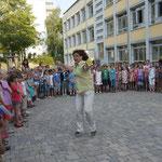 Frau Mahr dirigiert die Klasse 4b. Ihre Schüler singen ein Lied zum Auftakt.
