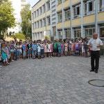 Eröffnung des Leseprojekts durch den Schulleiter
