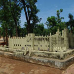 Miniature de la mosquée de Djenné dans le jardin