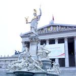 Standbild der Göttin Pallas Athene vor dem Parlamentsgebäude in Wien (vom Architekten Theophil Hansen 1813-1891)