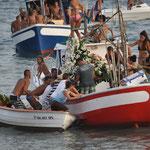 Die hl. Carmen wird aufs Boot getragen