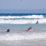 in den Wellen von Corralejo