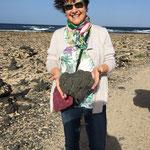 Tina bringt mir einen Stein aus el Cotillo