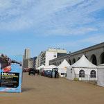 Noch leere Promenade mit den Expozelten