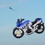 Sogar mit dem Motorrad kommen die Gäste zum Drachenfest.