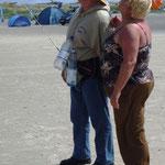 """... """"hängt"""" unser Senior Walter dran. Er wandert damit über den ganzen Strand ..."""