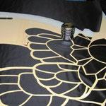 Schablone auf schwarzes Tuch legen und mit Lötkolben ausschneiden (erst außen, dann innen)