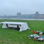 Schon im Frühnebel wurden Zelt und Einrichtung zur Wiese geschleppt und aufgebaut.
