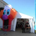Clown Oleg am Eingang zum Expozelt von ...