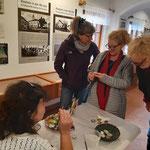 BesucherInnen bewunderten die Miniatur-Porträtmalerei auf Steinen von Kathi Herzog