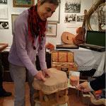 Heike Adler gibt Einblick in das Restaurieren und Tapezieren eines alten Stockerls