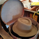 eine alte Hutschachtel mit handgemachtem Krempenfilzhut von Modistin Walli Jungwirth