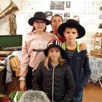 """Modistin Walli Jungwirth mit jungen """"Models"""" , die gerne mitgbrachte Hüte probieren..."""