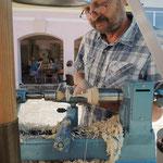 Klaus Mader zeigt als Gasthandwerker die Entstehung eines Kreisels an der Drechselmaschine -mit größter Präzision!