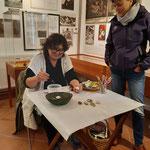 Kathi Herzog bei der Arbeit , neue kleine Porträts werden auf Steine mit feinsten Pinseln gemalt...