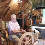 Hans Zwölfer zeigt das Handwerk am Spinnrad