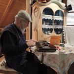 Fritz Desch repariert beim Lebenden Museum alte Zitherinstrumente