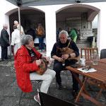 ... ab und zu gibt's Musik auch beim Lebenden Museum, hier spielt Hubert Sielecki am Dudlsack und Luise Buismann an der Drehorgel
