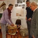 Heike Adler gab als Gasthandwerkerin am 6. Okt. Einblicke ins Tapezierhandwerk.