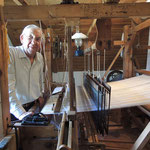 Alfred Deimel webt Frottierstoffe, die auch als Handtücher verarbeitet, im Museumsshop zu erwerben sind.