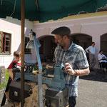 Gasthandwerker Klaus Mader, Drechslermeister aus OÖ, beim Herstellen von Kreiseln