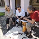 Reinhard Puchinger, Trommelbauer aus Garolden, erklärt die Arbeitsschritte im Trommelbau einer Djembe