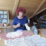 Elfriede Schlosser zeigt die textile Handwerkstechnik - das Netzen