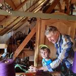 Erwin Permesser lässt auch die jungen MuseumsbesucherInnen die Strickmaschine ausprobieren !