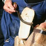 Die Herstellung von Holzschuhen zeigt Helmut Hruska.