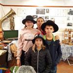 Modistin Walli Jungwirth ließ jungen MuseumsbesucherInnen ihre handgemachten Filzhüte probieren.