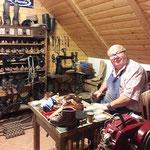Herr Simon  gibt Einblicke in das Schusterhandwerk