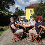 Die 4 Mitarbeiterinnen, die textile Handwerkstechniken vorführen-hier bei der Kaffeepause