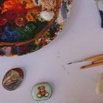 ...der Arbeitsplatz von Katharina Herzog, sie malt Miniaturporträts auf glatten Donaukieselsteinen