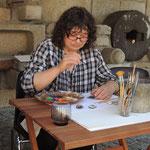 Gasthandwerkerin Katharina Herzog bei der feinen Pinselarbeit der Miniatur-Porträtmalerei