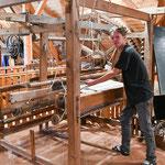 Hermann Ebner zeigt das Webhandwerk am historischen Webstuhl, und lässt  Fleckerlteppiche entstehen.