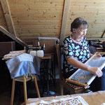 Maria Sauer zeigt das Filetsticken.