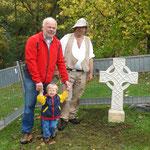 Aufstellung des keltischen Kreuzes, 18.10.2014 (Matthias und Jakob Fleckenstein, Bildhauer Martin Linß)