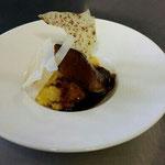 Geschmorte Kalbsbäckchen mit Portweinsoße, Polenta und Parmesan