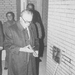 Bürgermeister Teriet befestigte vor dem Stein ein Bronzerelief mit dem Arnsberger Wappenadler und den Jahreszahlen 1977 - Beginn des 1. Bauabschnitts - und 1982- Beginn des 2. Bauabschnitts.