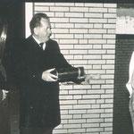 Grundsteinlegung am 18.11.1983: Schulleiter Saure mit der Urkundenrolle