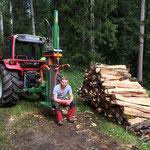 Bauer Stefan nach getaner Arbeit im Holz