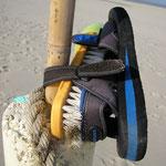 Ein Teil der Schuhsammlung am Wrack im Inselosten Norderneys