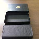 お客様の要望により、薄葉紙と内箱も黒色で統一しています。