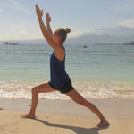 Yogapraxis am Strand von Gili Air - Krieger 1