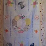 COUVERTURE en tissu coton avec apliqué fleur et papillon prix 50euros. intérieur ouate.Dimension 80cm sur 115cm