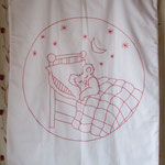 COUVERTURE en tissu piquet de coton intérieur ouate broderie main nounours en coton à brodé rouge prix 50euros d 75x95cm