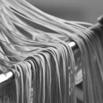 Spaghetti auf Stangen aufhängen